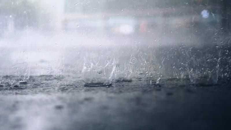 Het regent buiten De onderbreking van regendalingen in een vulklei royalty-vrije stock foto