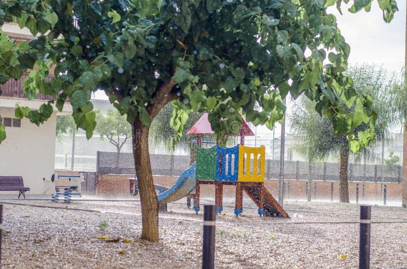 Het regent in een kinderen` s speelplaats, regendalingen het vallen royalty-vrije stock foto's