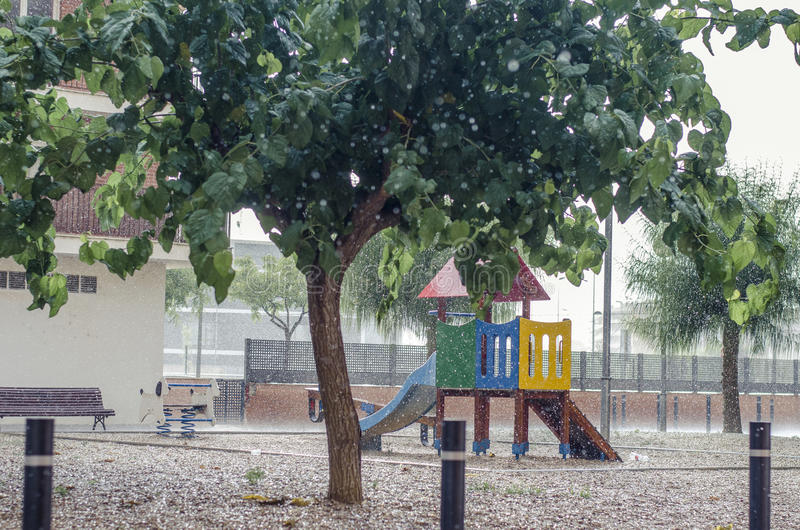 Het regent in een kinderen` s speelplaats, regendalingen het vallen royalty-vrije stock fotografie