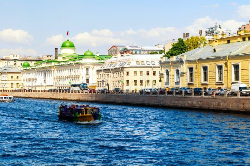Het Regionale Hof van Leningrad de bouw en toeristische boot die op de Fontanka-Rivier in Heilige Petersburg, Rusland drijven royalty-vrije stock foto's