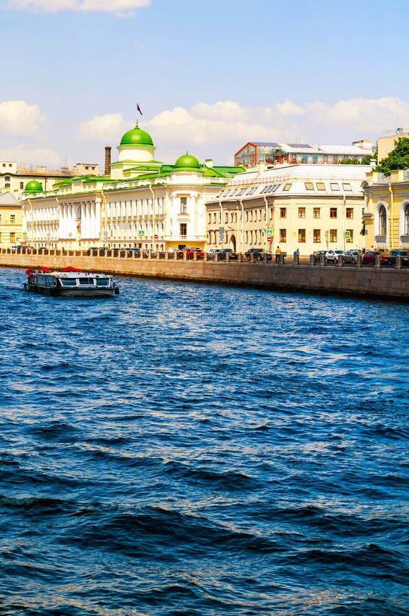 Het Regionale Hof van Leningrad de bouw en toeristische boot die op de Fontanka-Rivier in Heilige Petersburg, Rusland drijven stock foto