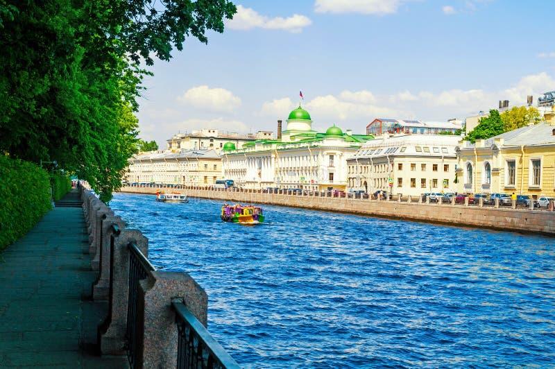 Het Regionale Hof van Leningrad de bouw en toeristische boot op de Fontanka-Rivier in Heilige Petersburg, Rusland, stadslandschap stock foto's