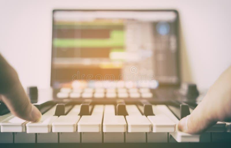 Het registreren van Elektronische muziek op computer stock foto