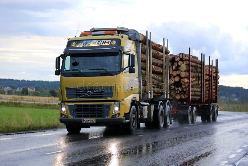 Het Registrerenvrachtwagen van Volvo FH op Regenachtige Weg royalty-vrije stock afbeeldingen