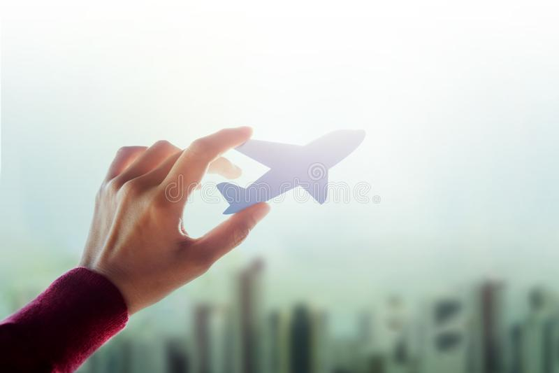 Het reisconcept, Hand van een Stedelijke Werkende Vrouw heft een Document Lucht op stock afbeeldingen