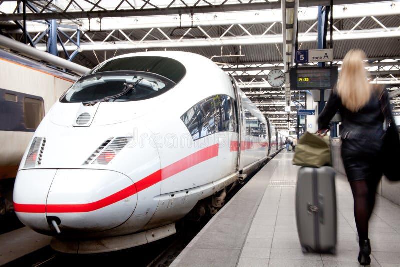 Het reizen door trein stock fotografie
