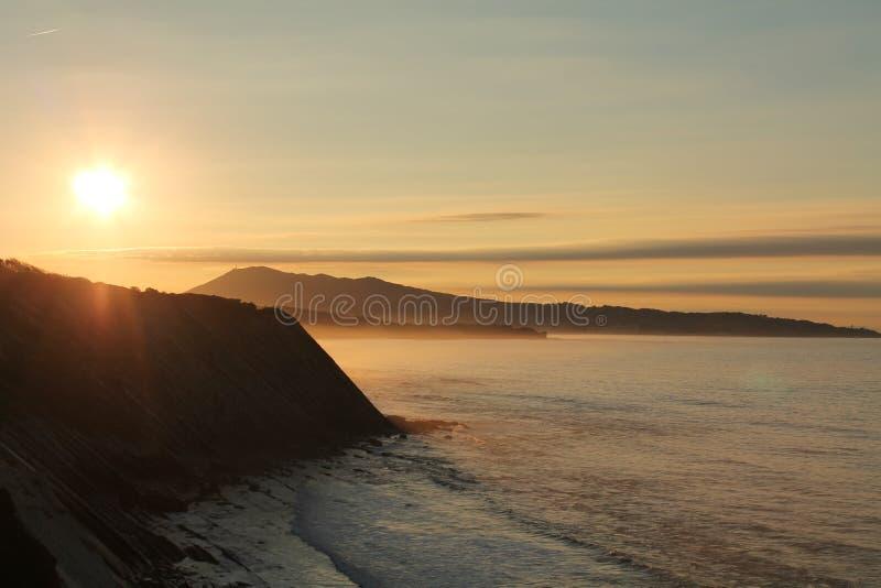 Het reizen en sightseeings prachtige zonsondergang op Atlantische kust op de richel in horizontale mening royalty-vrije stock foto's