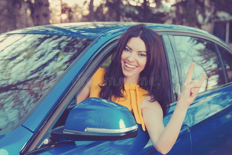 Het reizen met pret Gelukkige vrouw die van de reis van het wegpark in haar nieuwe auto genieten stock afbeeldingen