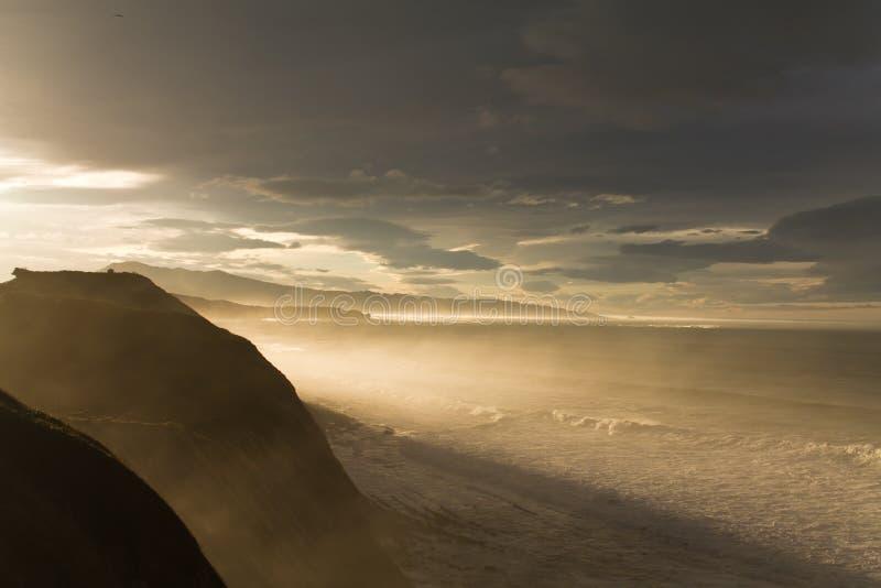 Het reizen naar prachtig toneellandschap in zonlicht van één van de grootste golven in wereldbelharra op richel van Atlantische k royalty-vrije stock foto's