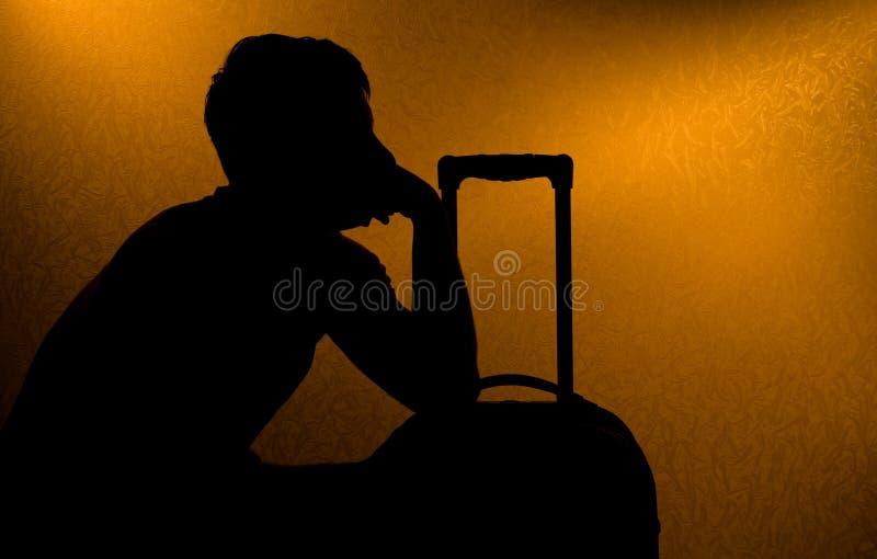 Het reizen - silhouet van de mens en koffer royalty-vrije stock foto