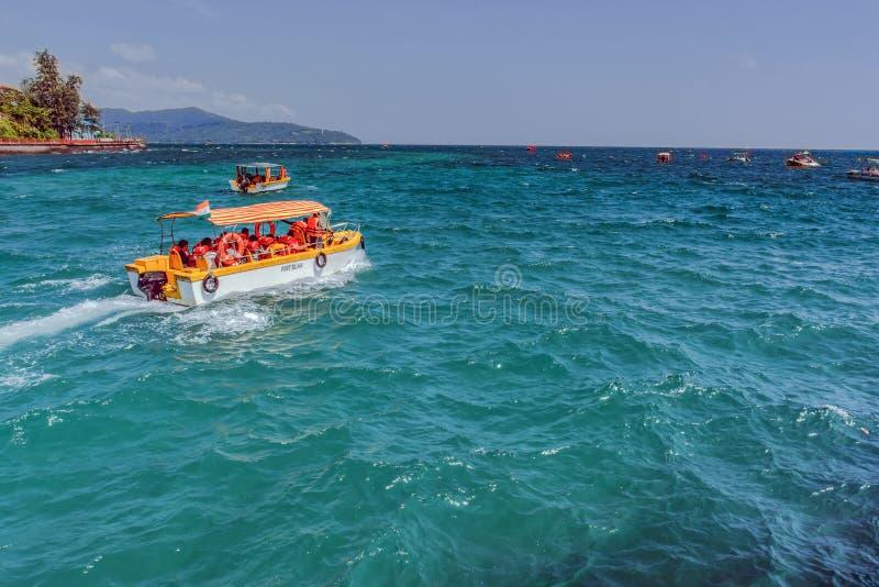 Het reizen van Haven Blair aan de Nabijgelegen Eilanden door motorboot door overzees die water van alle schaduwen van blauw hebbe royalty-vrije stock foto