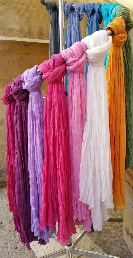 Het rek van verschillende gekleurde band stierf sjaals royalty-vrije stock foto's