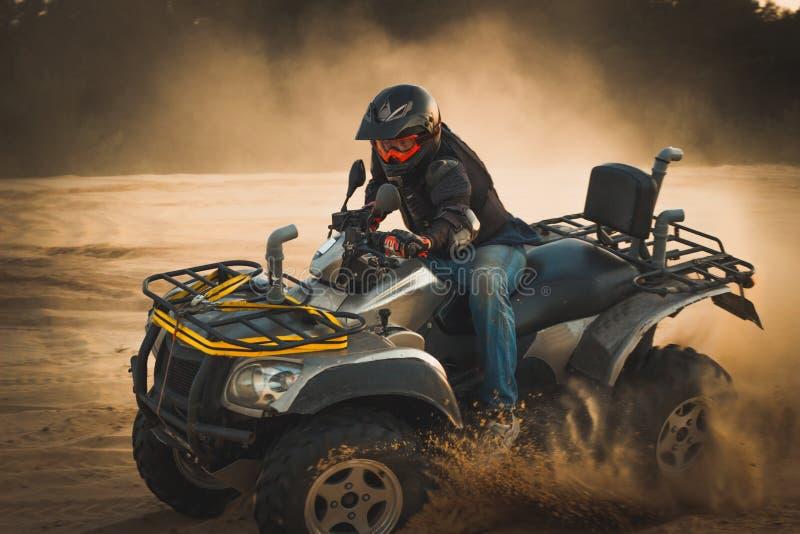Het rennen ATV is zand stock afbeelding