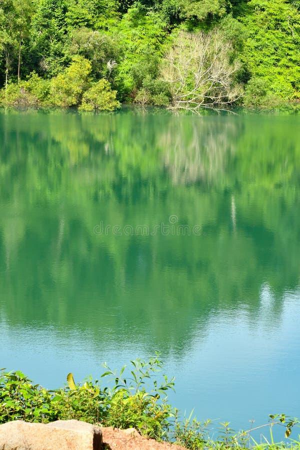 Het reservoir van de aardkrater stock fotografie