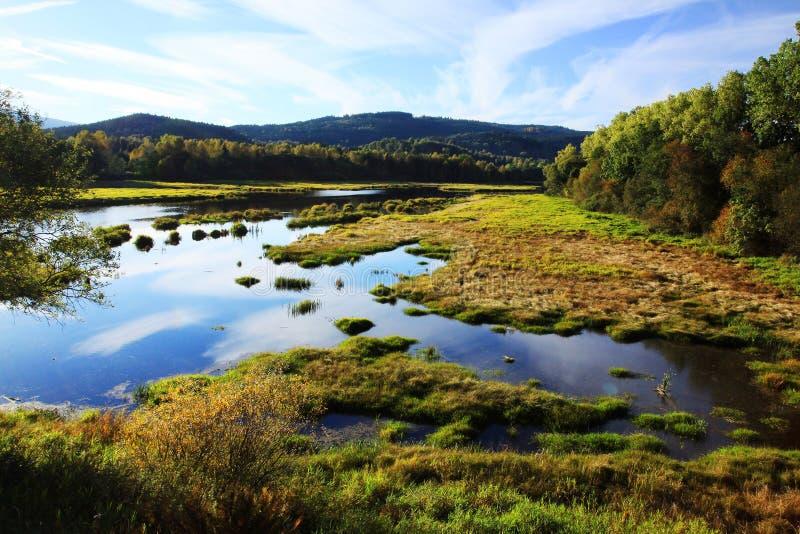 Het Reservoir van het Lipnowater van de herfstbergen in zuidelijke Tsjech stock foto