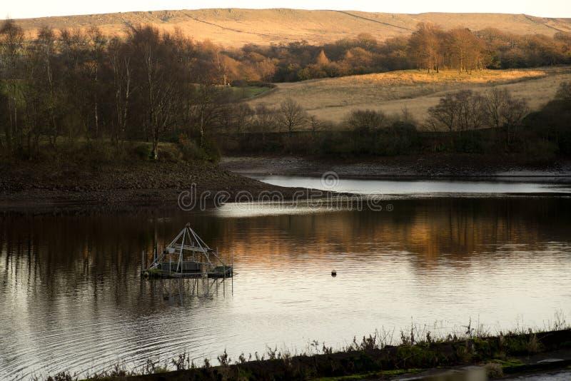 Het Reservoir van het paardkreupelhout in Lyme-Park, de winterdag van Stockport Cheshire England stock foto