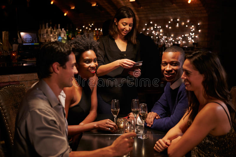 Het Restaurant Bill On Digital Tablet van serveerstertakes payment for stock foto