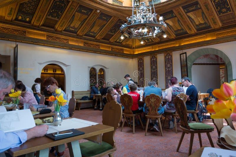 Het restaurant van Birreria Forst, Merano, Zuid-Tirol, Italië stock afbeeldingen