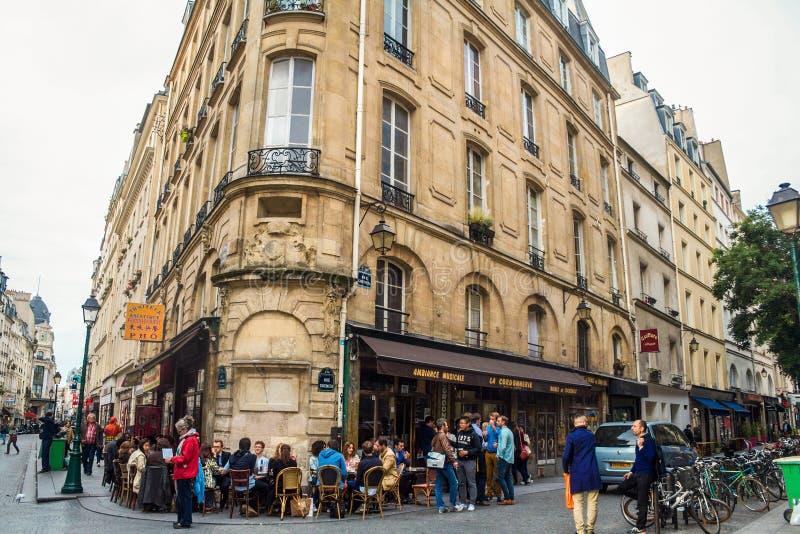 Het Restaurant van de koffiebar van het stadscentrum van Parijs, tijdens de middag, met mensen die voor het tijdens een gelukkig  royalty-vrije stock afbeeldingen