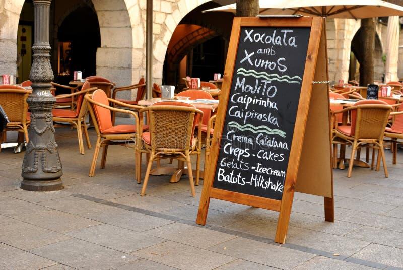 Het restaurant van de straat in Girona, Spanje stock foto