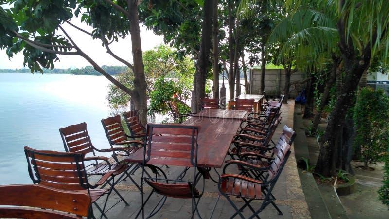 Het restaurant van het meer zijaanzicht royalty-vrije stock afbeeldingen