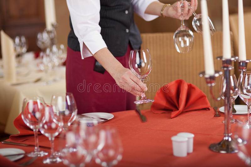 Het Restaurantlijst van serveersterarranging wineglasses on royalty-vrije stock afbeelding