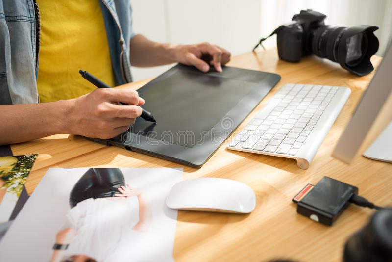 Het retoucheren van een foto stock afbeeldingen