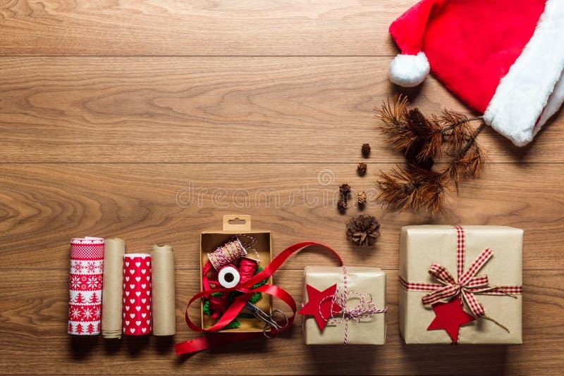 Het Retro gift verpakken, Kerstmisconcept, bureaumening van hierboven met exemplaarruimte royalty-vrije stock afbeeldingen