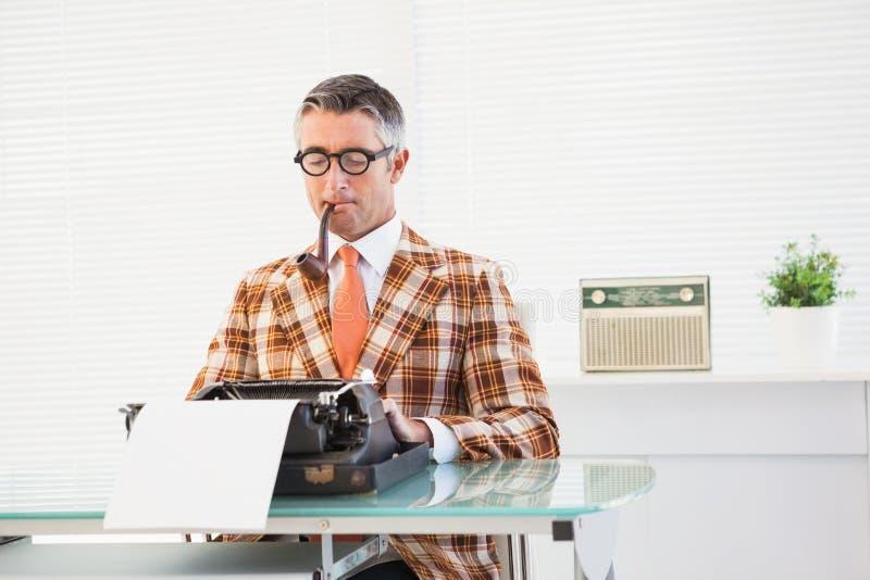 Het Retro mens typen op schrijfmachine stock foto