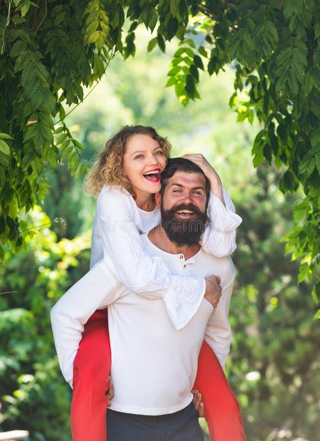 Het Retro uitstekende paar romancing Romantisch ogenblik Het maken van tot liefde aan jonge minnaar Knappe jonge mens die zijn mo stock fotografie