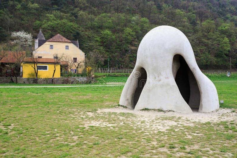 Het reusachtige beeldhouwwerk Wachauer Naseverblijft door de Donau bij het veerbooteinde in dorp St Lorenz Lager Oostenrijk stock foto