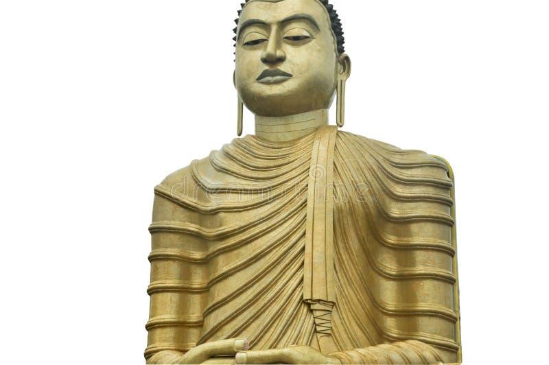 Het reusachtige gouden standbeeld van Boedha met een minachtend die gezicht op witte close-up wordt geïsoleerd royalty-vrije stock afbeelding