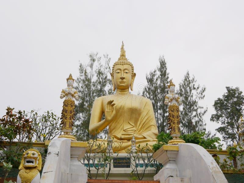 Het reusachtige mooie gouden beeld/het standbeeld van Boedha in Wat Phra That Doisaket in Chiang Mai, Thailand royalty-vrije stock foto