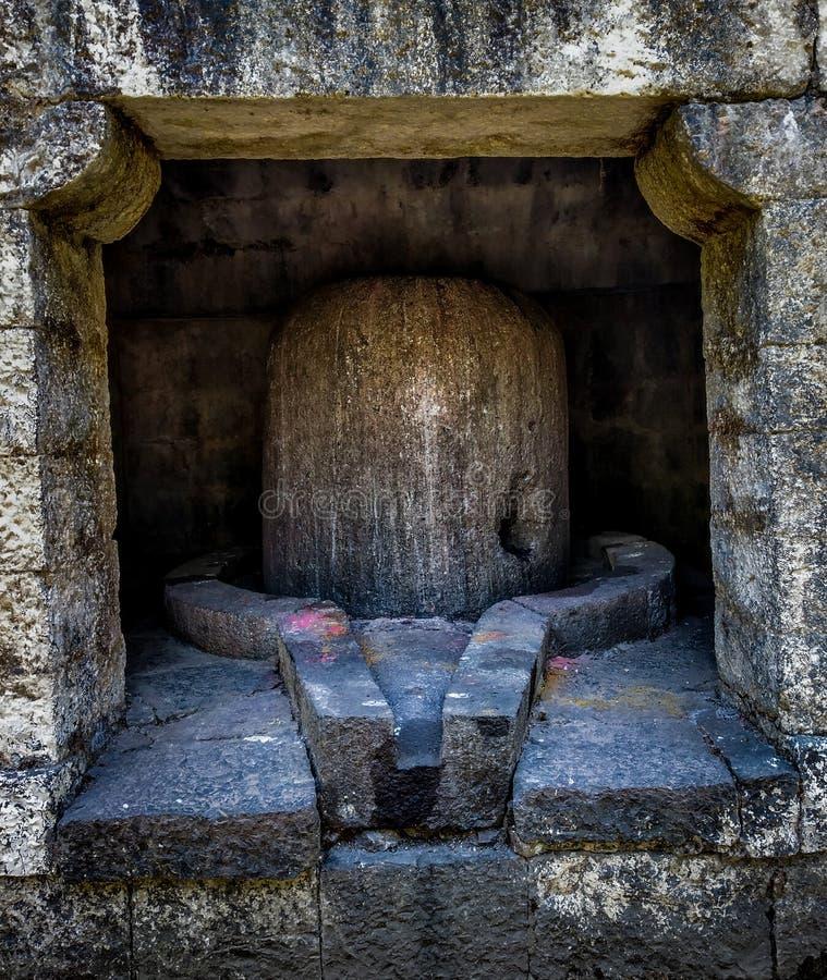 het reusachtige oude steen shivling in een oude tempel royalty-vrije stock afbeelding