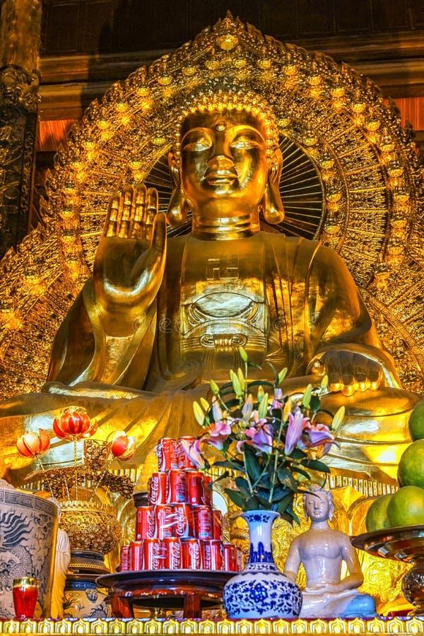 Het reuze Gouden standbeeld van Boedha in tempel met Coca-Cola-aanbieding binnen voor royalty-vrije stock foto