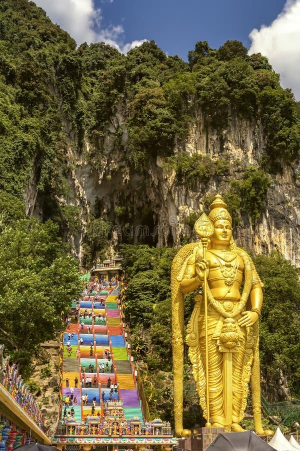 Het reuzebeeldhouwwerk van Gouden Boedha bij de belangrijkste ingang aan het complex van Batu holt uit royalty-vrije stock foto
