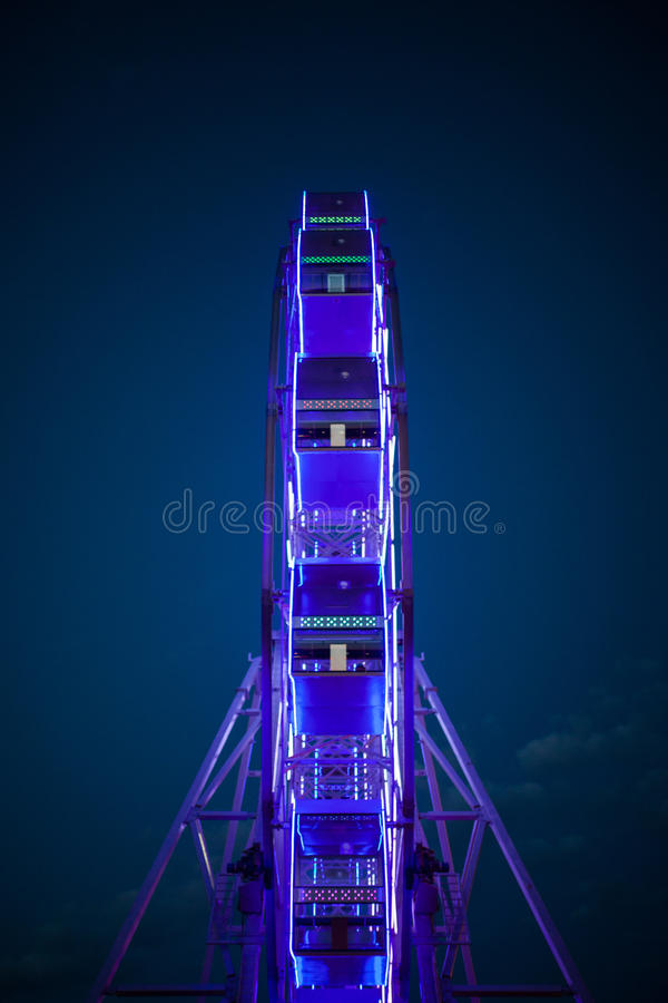Het Reuzenrad in de neonlichten stock fotografie