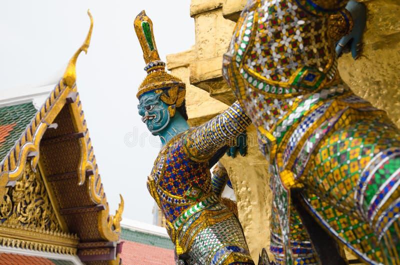 Het reuzestandbeeld omringt de Kelderverdieping van Grote Gouden Stupa is Één van Oriëntatiepunt van Wat Phra Kaew Monastery, Ban stock fotografie