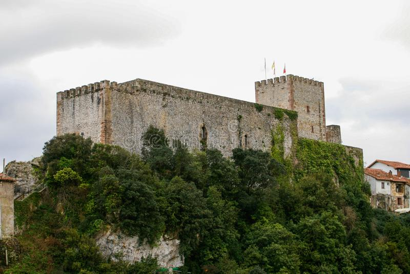 Het rey, Mooie kasteel van Castillo del van San Vicente de la Barquera, Cantabri? royalty-vrije stock afbeeldingen