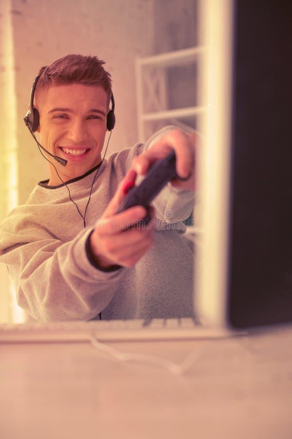 Het richten van actieve video die gamer energiek zijn beste proberen royalty-vrije stock fotografie