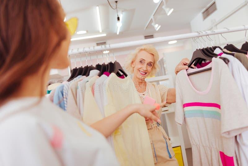 Het richten van het rijpe vrouw vragen om raad van haar vriend terwijl het winkelen royalty-vrije stock afbeelding