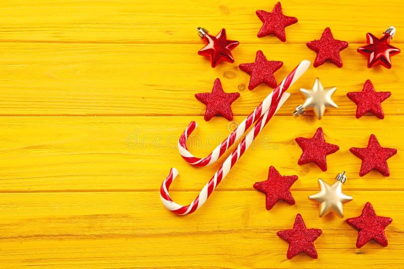 Het riet en de sterren van het Kerstmissuikergoed op gele achtergrond royalty-vrije stock fotografie