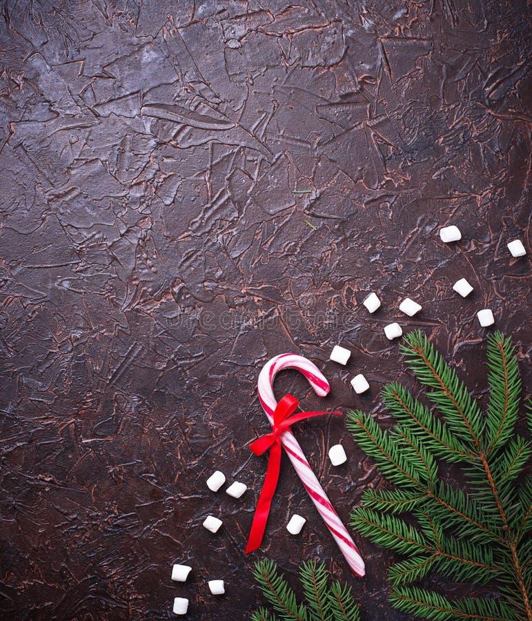 Het riet van het pepermuntsuikergoed De feestelijke achtergrond van Kerstmis stock foto's