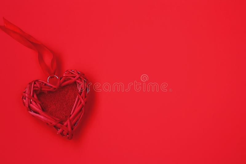 Het rieten hart van Valentine, lint, rode achtergrond Valentijnskaarten dag c royalty-vrije stock foto