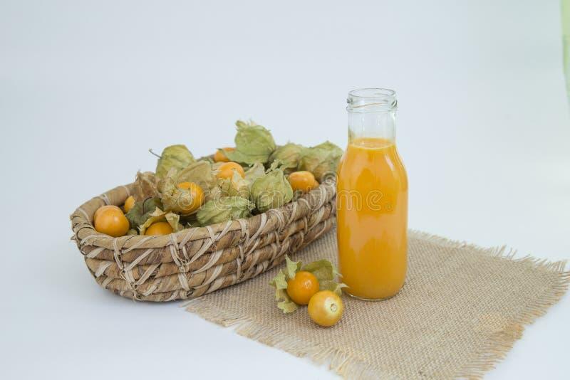 Het rijke sap van de kaapkruisbes, rijk aan vitamine C - Physalis-peruviana royalty-vrije stock foto