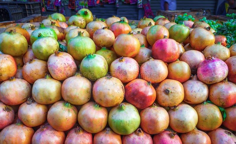 Het rijpe fruit van de groepsgranaatappel op markt in Marokko stock foto