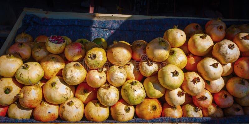 Het rijpe fruit van de groepsgranaatappel op markt in Marokko royalty-vrije stock afbeeldingen
