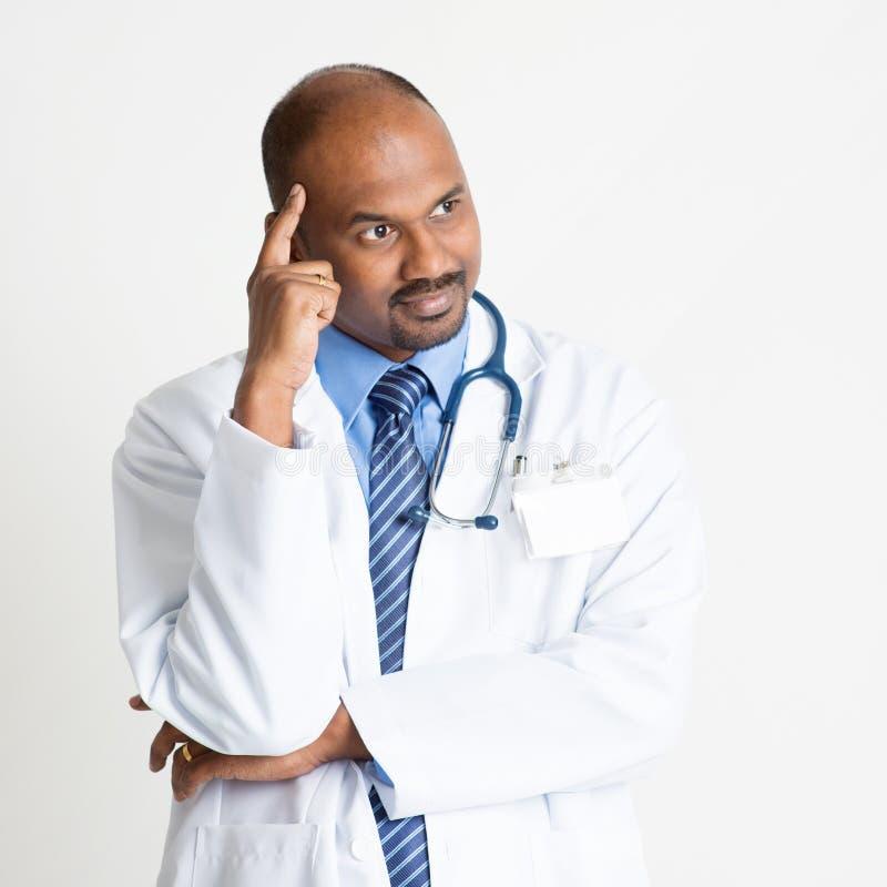 Het rijpe Indische arts denken stock foto