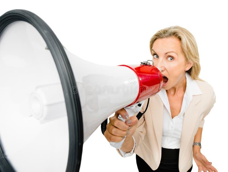 Het rijpe magaphone van de vrouwenholding schreeuwen geïsoleerd op witte backgr stock afbeeldingen