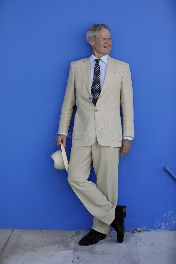 Het rijpe mens stellen in een kostuum stock fotografie